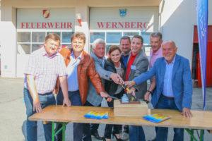 Mitglieder des Gemeinderats Wernberg bei der feierlichen Schalterumlegung mit Bgm. Franz Zwölbar (re.) und Dr. Michael Jaindl von Kärnten Solar (3.v.r)